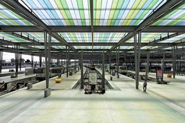 Eine Seltenheit: Die Bahnsteigoberflächen sind unter dem Dachtragwerk mit Holz verkleidet