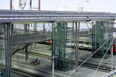 Die Verbindungsbrücke vom Parkhaus zu den Bahngleisen nimmt Verformungen das Tragwerks durch eine Dehnfuge auf