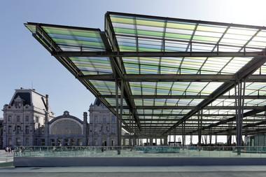 Ingesamt spannt das Dachtragwerk 15m weit und verbindet die Bahngleise mit dem bestehenden Bahngebäude aus dem 19. Jahrhundert
