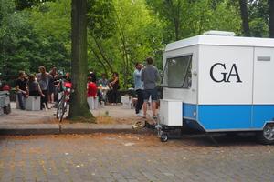 Mit ihrem mobilen Büro in einem umgebauten Wohnwagen sind sie immer vor Ort