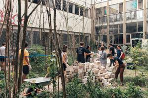 Aufbau eines Lehmofens im Garten