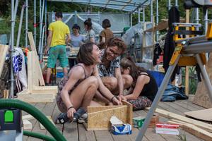 Die Helfer beim Aufbau der Holzkonstruktionen