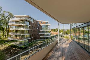 Während die Y-Häuser sich in die gewachsene Struktur und den Baumbestand des Parks integrieren, bilden die Conradty-Häuser nach Norden den vor Lärm schützenden Rücken