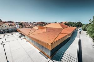 Das neue Dach in Lindau war eine große Herausforderung: Es sind 38 unterschiedliche Aluminiumflächen von Prefa eingesetzt worden, die sich in Neigung, Größe und Ausrichtung alle voneinander unterscheiden