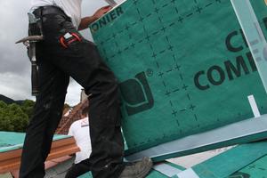 06 Bei einer Aufdachdämmung ist auch die einfache Verlegung günstig; die Dämmelemente können betreten werden und lassen sich einfach bearbeiten