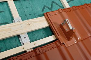 08 Bei einer Aufdachdämmung kann die sichere Krafteinleitung aus Lasten einer aufgeständerten Solaranlage über bauaufsichtlich zugelassene Verstärkungselemente in die Tragkonstruktion erfolgen
