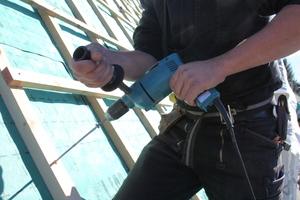 01 Effektive Verlegung der Aufdachdämmung, senkrecht eingebrachte Schrauben sichern hier den Dachaufbau gegen Windsog