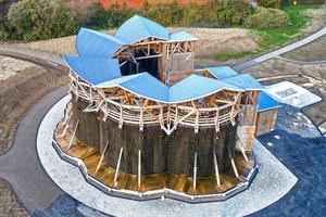 Bei den fünf aneinandergereihten Satteldachflächen des Gradierwerks kam die seewasserbeständige Kunststoff-Dach- und Dichtungsbahn Evalon® von alwitra zum Einsatz