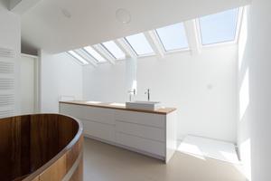Über sechs große Dachfenster von Velux, die direkt über der Treppe positioniert sind, gelangt Licht ins Dachgeschoss und in den Wohnbereich. Außenliegende, elektrisch bedienbare Hitzeschutz-Markisen an allen Dachfenstern sorgen dafür, dass sich die Räume im Sommer nicht zu sehr aufheizen, lassen aber durch das Gewebe trotzdem noch ausreichend Tageslicht ins Haus