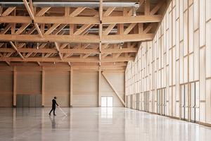 Die gewählte Konstruktion lässt den Innenraum luftig und großzügig erscheinen. Eine Stahlbetonplatte verbindet die Fundamente und ist durch die Beschichtung mit einem Quarzestrich hoch belastbar