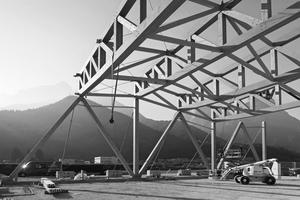 Für die Realisierung wurde ein System aus im Werk vorgefertigten und vormontierten Elementen gewählt, die vor Ort fertiggestellt und mit Kränen montiert wurden