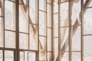 Die raumhohen Glasflächen sind als als Vorhangfassade hinter der Konstruktionsebene ausgeführt