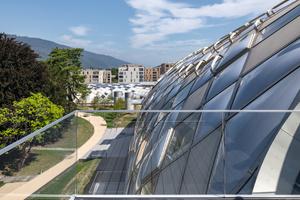 Die Gitterschale ist Fassaden- und Dachkonstruktion zugleich. Die 2800 Wabenelemente für die Hülle sind transparent oder opak verkleidet, mit ETFE-Folienkissen geschützt oder mit Photovoltaik-Modulen belegt