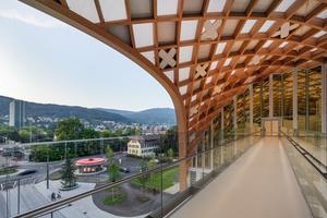 124 Schweizer Kreuze aus Holz wurden vereinzelt auf der Innenseite der Dachkonstruktion als akustisch wirksame Inlets in das Gittertragwerk eingesetzt