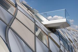 Für die verstreut angeordneten Balkonöffnungen wurden unterschiedlich große, runde Elemente in die Gitterschalenkonstruktion eingebaut (Bild oben re. und li.)