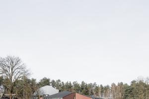 Ido Avissar und Hideyuki Nakayama entwickelten einen kleinmaßstäblichen Baukörper als Ergänzung zum bestehenden. Im Gegensatz zu konventionellen Museen, bei denen die Künstler-ateliers von den Ausstellungsräumen getrennt sind, entwarfen die Architekten hier eine Hybridform, bei der die Produktionsstätte gleichzeitig der Ausstellungsort ist