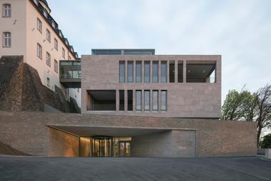 Das Gebäude ist durch die Verwendung unterschiedlicher Materalien nach außen gegliedert