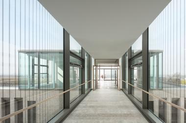 Über einen Aufzug gelangt man nach oben in den Pavillon mit weitem Blick über Siegburg und die Landschaft. Dann erst geht es durch die ebenfalls gläserne Brücke hinein