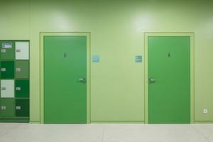 In hochfrequentierten Fluren der Gesamtschule Lippstadt wurden unter anderem an das jeweilige Farbkonzept angepasste, robuste Feuchtraumtüren mit zusätzlichen Brand-, Rauch- und Schallschutzeigenschaften verbaut