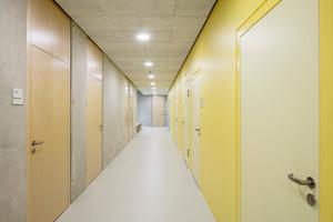 """In der von Swiatkowski-Suerkemper Architekten geplanten Gesamtschule Lippstadt kamen rund zehn verschiedene Türen-Typen mit individuellem Anforderungsprofil zum Einsatz: So erhielt z.B. ein Großteil der Klassenräume robuste T30 Holztüren mit Echtholzfurnier aus Birke oder Rotbuche, die ergänzt werden durch vollflächig verglaste Seitenteile und Oberlichter mit einem Schallschutz von R<sub>w,P</sub>=37 dB. In den Fachräumen für Naturwissenschaften setzte man aufgrund der erhöhten Brandgefahr T30 Brandschutztüren ein. In den Sanitäranlagen kamen Nass- und Feuchtraumtüren mit robusten HPL-Schichtstoffen zum Einsatz. Die Gesamtschule Lippstadt ist ein Beispiel gelungener Zusammenarbeit von PlanerInnen und Bauherrn, Herstellern und VerarbeiterInnen. Architekt Volker Swiatkowski: """"Es wurde an einem Strang gezogen und alle Entscheidungen gemeinsam getroffen."""""""