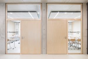 Die Klassenzimmer der Gesamtschule Lippstadt betritt man durch Türen mit vollflächig verglasten Seitentei-len und Oberlichtern. Diese sorgen für Transparenz und Lichteinfall