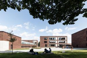 Neben dem Erhalt der Bestandgebäude galt es auch, die bestehenden Grünflächen und Baumbestände zu integrieren