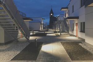 Blick in die halböffentliche Straße zwischen den Häusern auf dem Discounterdach