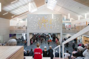 Alle Funktionsräume werden im Zentrum von einem Raum verbunden, der sowohl als Bühne als auch Tribüne, in jedem Fall als Treffpunkt, genutzt wird