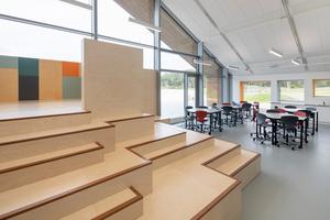 Die Schulräume sind mit unterschiedlichem Mobiliar ausgestattet, sodass auch alle Formen des Unterrichtens und des Lernens stattfinden können