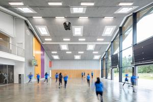 """Die Räume sind immer in mehrfacher Funktion nutzbar. Hier: Die """"Streetsporthalle"""" zum Basketball spielen und Skaten mit dem gleichen Betonboden wie im Außenraum"""
