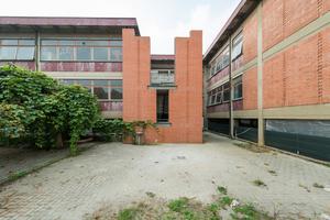 Der ehemalige Notausgang ist umgebaut worden und ist heute der Haupteingang der Schule