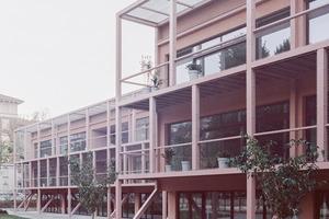Vor dem Umbau standen Innen- und Außenraum in keiner Beziehung. Die Außenfläche war größtenteils asphaltiert oder ungenutzte Brache. Auf den neuen Wiesen finden die Bildungs- und Freizeitaktivitäten nun verstärkt im Freien statt