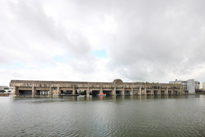 Der 300m lange, 124m breite und bis zu 18m hohe Bau direkt am Hafenbecken umfasst insgesamt 14 Kammern, die als Docks für die deutschen U-Boote dienten. Seit Mitte der 1990er-Jahre werden die annähernd 39000m² Fläche durch neue Nutzungen eingenommen, zuletzt Kammer Nr. 12
