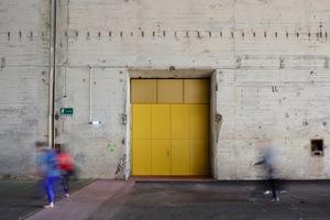Vom Foyer aus führen mehrere Doppeltüren in den Saal, der an der Längsseite erschlossen wird