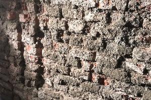 Der Vorspritz dient zur Verbesserung der Putzhaftung auf dem feuchten Untergrund. Damit er ausreichend feuchtigkeitsdurchlässig ist, sollte er nur 50 – 60 % deckend ausgeführt werden. Bei einem geprüften Spritzbewurf-WTA darf die Verarbeitung volldeckend, aber auch nur in Kornstärke erfolgen