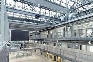 """Blick ins hier offene Fab Lab. Im Hintergrund eine Black Box, der """"immersive Kollaborationsraum"""""""
