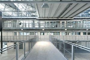 """Die die """"Seitenschiffe"""" der Halle füllenden Büros und Workspaces werden durch Stege verbunden"""