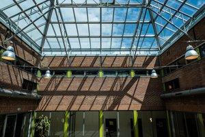 Ein LAMILUX Glasdach PR60 als Pfos-ten- und Riegelsystem aus Aluminium ersetzt das alte Glasdach über dem Innenhof. Die gläserne Dachfläche umfasst insgesamt 275m² und ist 2-fach-Isolierverglast. Das neue Glasdach überzeugt funktional durch ein optimiertes Dichtungs- und Entwässerungssystem und reduziert Wärmeverluste in der Rahmenkonstruktion