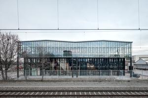 """Der Haupteingang zur LocHal. Über dem Erdgeschoss befindet sich der so genannte """"urban balcony"""" – ein Anbau der als Aussichtsplattform dient und für wechselnde Ausstellungen genutzt werden kann"""