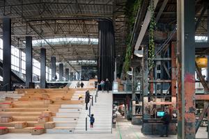 Eine breite Treppenanlage leitet die Besucher in die Höhe und Tiefe der LocHal. Die ursprüngliche Nutzung der Halle ist an den weitestgehend erhaltenen Tragwerksstrukturen ablesbar