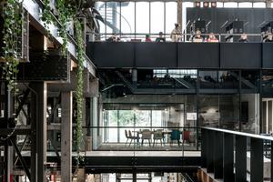 Stege, Galerien und Treppen erzeugen in der LocHal in Tilburg Dynamik