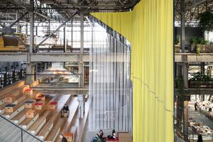Die sechs großen Vorhänge – vom Textil<br />Museum Tilburg gewebt und eigens für die LocHal entwickelt – ermöglichen es, Flächen je nach Bedarf abzugrenzen