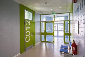 Ein Farbleitsystem in intensiven Buntfarbtönen markiert die einzelnen Etagen der Julius-Springer-Schule. Die großflächige Beschriftung auf jeder Tür informiert zudem über Etage und Raum, sodass sich Lehrer und Schüler überall schnell und intuitiv orientieren können