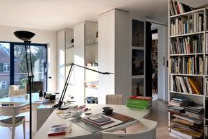 Arbeitszimmer/-raum mit Wewerka-Möbeln und Blick in die Bibliothek<br />