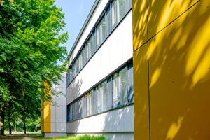 Bei der Sanierung der Elisabeth-Siegel-Schule in Osnabrück entschieden sich die Bauverantwortlichen für eine vorgehängte hinterlüftete Fassade (VHF). Der montagefreundliche Wandhalter Isolink Typ TA-S von Schöck führt dabei zu einer rechnerisch wärmebrückenfreien Lösung.