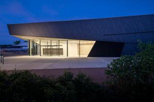 Aussenansicht der Veranstaltungshalle in Kuppenheim von dasch zürn + partner Architekten.<br />