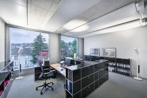 Das reflektierte Licht der Leuchte Stream von Regent reicht aus, um Büroflächen normgerecht zu beleuchten