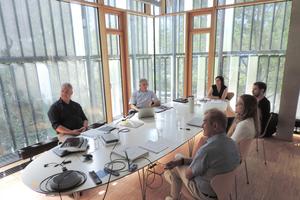 Anfang Juli trafen wir uns zur ersten DBZ Expertenrunde bei Nickl & Partner Architekten in München. Das neue Format dient dem direkten Wissensaustausch von ArchitekInnen oder IngenieurInnen mit Partnern aus der Industrie und der DBZ Redaktion. Passend zum aktuellen Titelthema (ab S. 24ff) diskutierten wir diesmal zu technischen wie gestalterischen Fragen rund um die Fassade