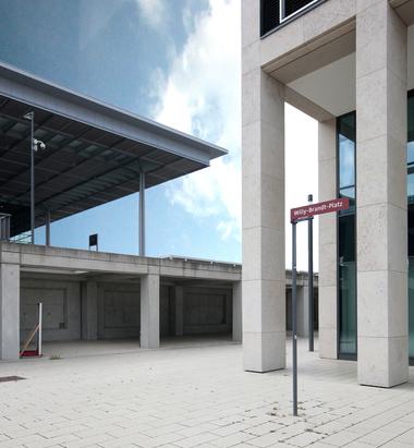 Da war einmal was mit Willy Brandt im Namen ... hier jedenfalls der Nordwestliche Restzipfel des Willy-Brand-Platzes, Blick unter das 18 m weit auskragende Dach des Terminal 1