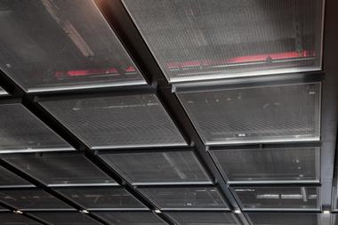 Sehr viel Technik wurde in den Decken untergebracht, lediglich optisch abgeschirmt durch feine Gitterroste